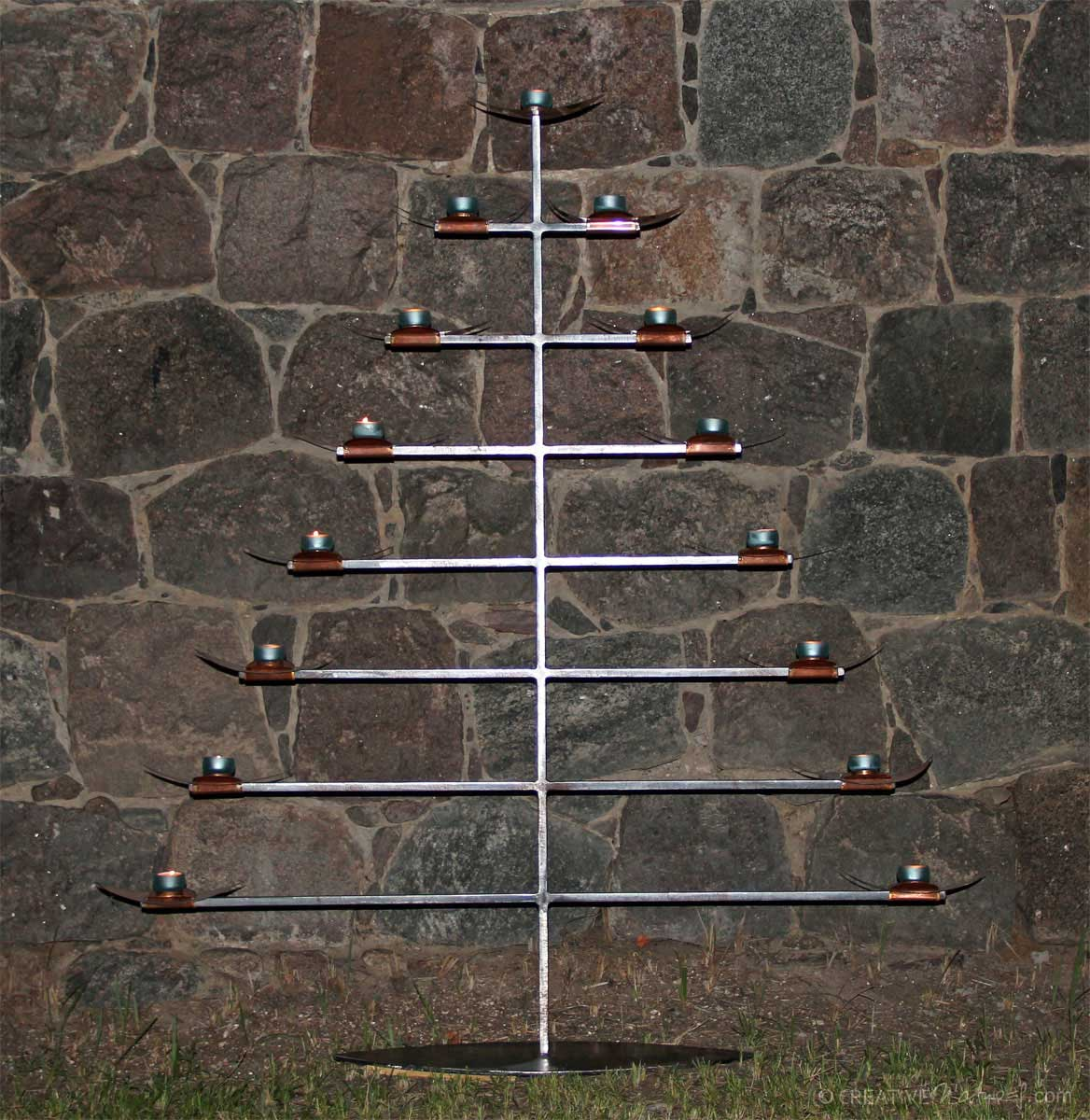 Kerzenbaum Vor Historischer Mauer