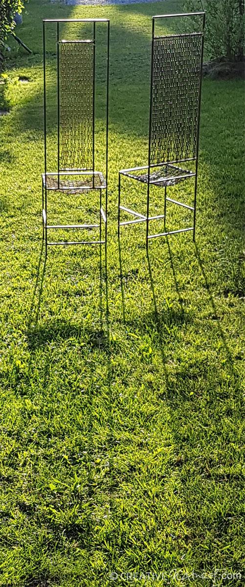 Kettenstuhlpaar im Garten