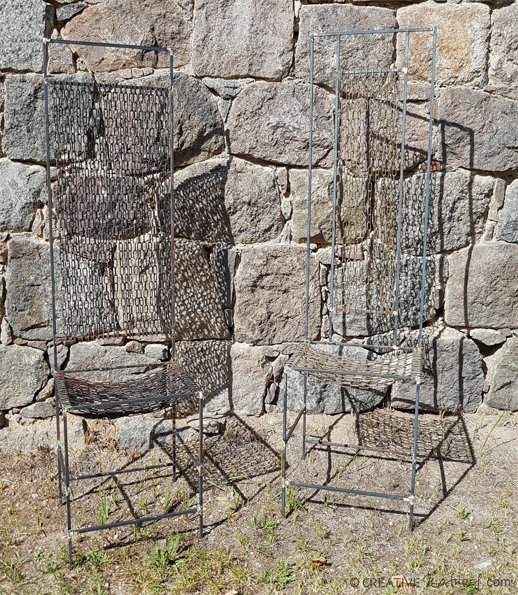 Kettenstuhlpaar vor Steinmauer